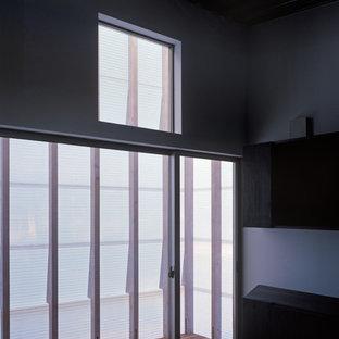На фото: хозяйские спальни в современном стиле с полом из фанеры и черным полом