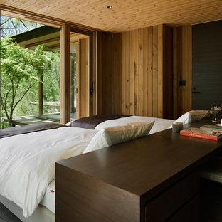 他の地域のカントリー風おしゃれな寝室 (茶色い壁、塗装フローリング、グレーの床)
