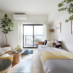 東京23区の北欧スタイルのおしゃれな客用寝室 (白い壁、淡色無垢フローリング、ベージュの床) のレイアウト