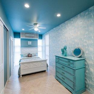 Inredning av ett huvudsovrum, med blå väggar, plywoodgolv och vitt golv