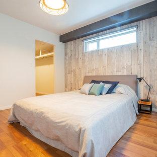 札幌のインダストリアルスタイルのおしゃれな寝室 (白い壁、無垢フローリング、茶色い床) のレイアウト