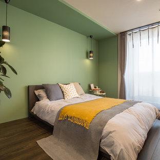 名古屋のおしゃれな寝室 (ベージュの壁、濃色無垢フローリング、茶色い床)