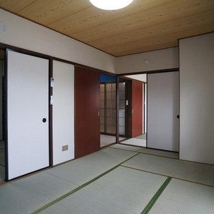 Modelo de dormitorio principal, nórdico, de tamaño medio, sin chimenea, con paredes blancas, tatami y suelo verde