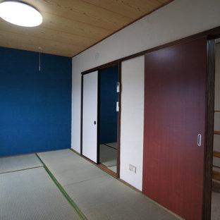 Imagen de dormitorio principal, escandinavo, de tamaño medio, con paredes blancas, tatami y suelo verde