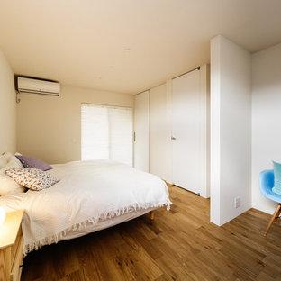 神戸のコンテンポラリースタイルのおしゃれな寝室 (白い壁、無垢フローリング、茶色い床) のインテリア