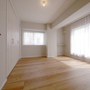 Inredning av ett shabby chic-inspirerat huvudsovrum, med grå väggar, plywoodgolv och beiget golv