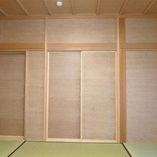 Foto de habitación de invitados papel pintado, de estilo zen, extra grande, con paredes beige, tatami y papel pintado