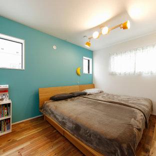 東京都下の中くらいのインダストリアルスタイルのおしゃれな主寝室 (緑の壁、濃色無垢フローリング、茶色い床) のレイアウト