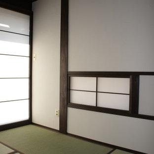 Ejemplo de dormitorio principal y madera, de estilo de casa de campo, de tamaño medio, con paredes blancas, tatami y suelo verde