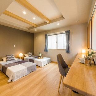 他の地域の広い和風のおしゃれな寝室 (白い壁、淡色無垢フローリング、茶色い床) のレイアウト
