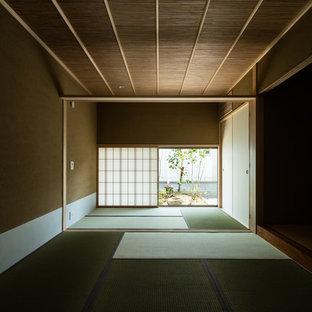 Foto de dormitorio principal, de estilo zen, con paredes beige, tatami y suelo verde