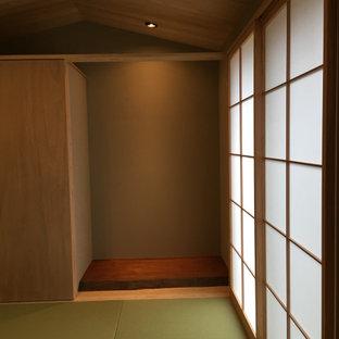 Ejemplo de habitación de invitados escandinava, pequeña, con paredes grises y tatami