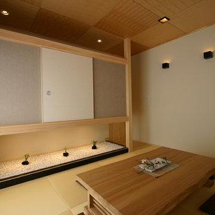На фото: хозяйские спальни среднего размера в восточном стиле с бежевыми стенами, татами и желтым полом без камина