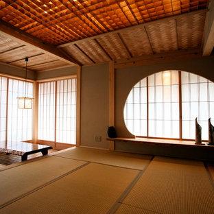 Modelo de dormitorio principal, asiático, de tamaño medio, con paredes beige y tatami
