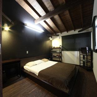 Immagine di una camera matrimoniale etnica di medie dimensioni con pareti nere, parquet scuro e pavimento marrone