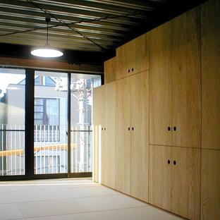 Diseño de dormitorio principal, industrial, con paredes marrones, tatami y suelo beige