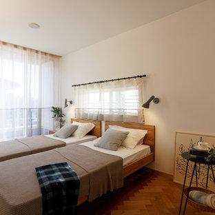 東京23区のコンテンポラリースタイルのおしゃれな寝室 (白い壁、無垢フローリング、茶色い床) のレイアウト