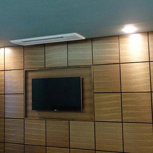 Imagen de dormitorio principal con paredes verdes, suelo de contrachapado y suelo marrón