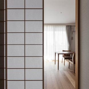Imagen de dormitorio principal, asiático, de tamaño medio, sin chimenea, con paredes beige, tatami y suelo beige