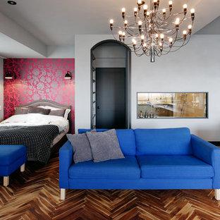 東京23区のエクレクティックスタイルのおしゃれな寝室 (グレーの壁、無垢フローリング、茶色い床) のインテリア