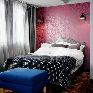 東京23区のエクレクティックスタイルのおしゃれな寝室 (濃色無垢フローリング、茶色い床、ピンクの壁) のインテリア