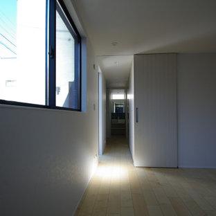 Diseño de dormitorio principal, moderno, pequeño, con paredes blancas, suelo de contrachapado y suelo amarillo