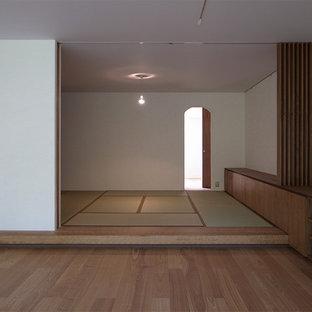 На фото: хозяйская спальня в восточном стиле с белыми стенами и татами