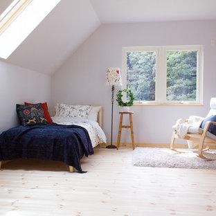 他の地域の中サイズの北欧スタイルのおしゃれな寝室 (白い壁、淡色無垢フローリング、暖炉なし)