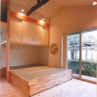 Imagen de dormitorio principal, nórdico, pequeño, con paredes beige, tatami y suelo beige