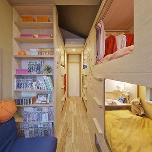 京都の小さいモダンスタイルのおしゃれな寝室 (ベージュの壁、淡色無垢フローリング、茶色い床) のレイアウト