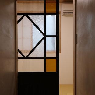 На фото: маленькая хозяйская спальня в стиле неоклассика (современная классика) с белыми стенами, татами и бежевым полом без камина