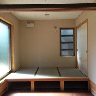 Diseño de dormitorio principal, rural, pequeño, con paredes blancas, tatami y suelo beige