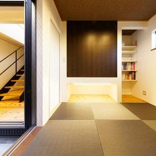 Пример оригинального дизайна: маленькая хозяйская спальня в восточном стиле с бежевыми стенами и татами без камина