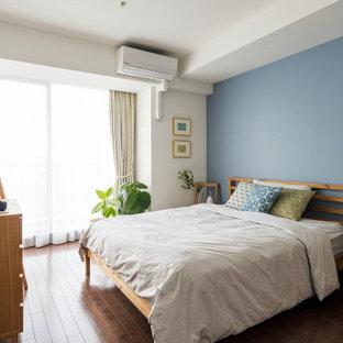 東京23区の広い北欧スタイルのおしゃれな主寝室 (青い壁、濃色無垢フローリング) のインテリア