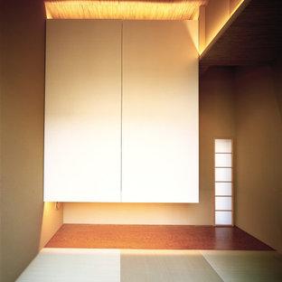 東京23区のモダンスタイルのおしゃれな客用寝室 (白い壁、無垢フローリング、茶色い床、塗装板張りの天井、塗装板張りの壁)
