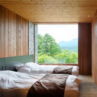 他の地域のコンテンポラリースタイルのおしゃれな寝室 (茶色い壁、無垢フローリング、茶色い床) のレイアウト