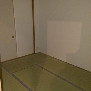Ejemplo de dormitorio principal, tradicional, pequeño, con paredes blancas y tatami