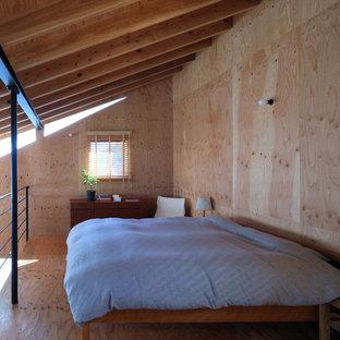 他の地域のコンテンポラリースタイルのおしゃれな寝室 (茶色い壁、無垢フローリング、茶色い床)
