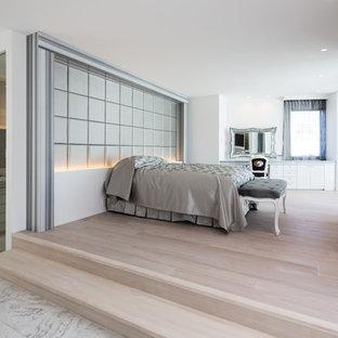 大阪のトラディショナルスタイルのおしゃれな寝室 (白い壁、塗装フローリング、ベージュの床)