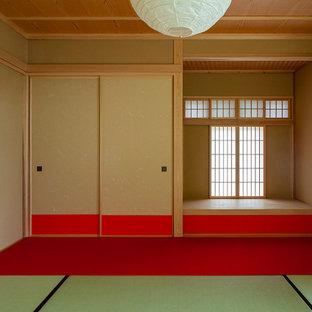Ejemplo de habitación de invitados asiática, de tamaño medio, sin chimenea, con paredes rojas, tatami y suelo rojo