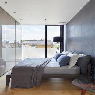 他の地域のコンテンポラリースタイルのおしゃれな寝室 (グレーの壁、淡色無垢フローリング、ベージュの床) のレイアウト