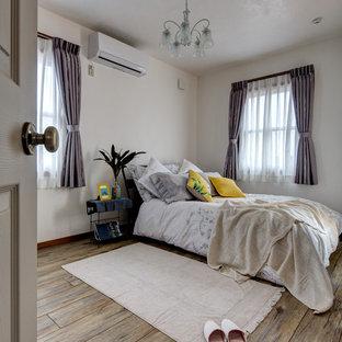 他の地域, のコンテンポラリースタイルのおしゃれな寝室 (白い壁、無垢フローリング、茶色い床)