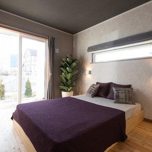他の地域の中くらいのモダンスタイルのおしゃれな寝室 (グレーの壁、無垢フローリング、茶色い床) のインテリア