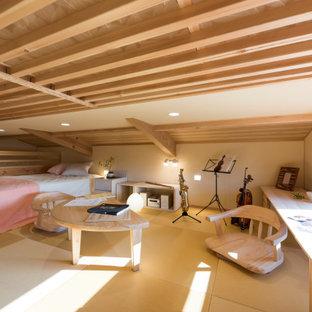 他の地域のアジアンスタイルのおしゃれなロフト寝室 (ベージュの壁、ベージュの床、表し梁) のレイアウト