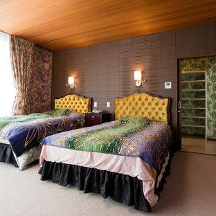横浜のコンテンポラリースタイルのおしゃれな寝室 (マルチカラーの壁、ベージュの床)
