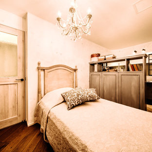 シャビーシック調のおしゃれな寝室 (白い壁、濃色無垢フローリング、茶色い床)