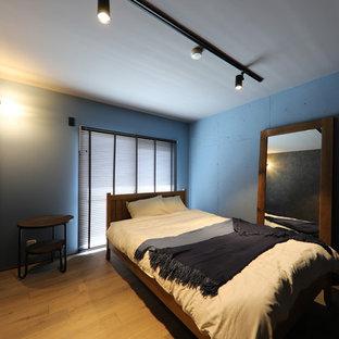名古屋のコンテンポラリースタイルのおしゃれな寝室 (青い壁、無垢フローリング、茶色い床)