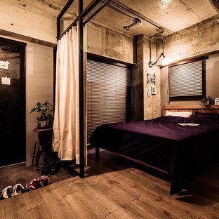インダストリアルスタイルのおしゃれな寝室 (グレーの壁、無垢フローリング、茶色い床)