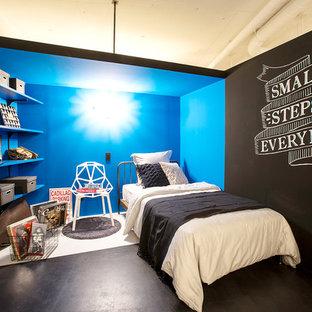 モダンスタイルのおしゃれな寝室 (青い壁、黒い床) のレイアウト