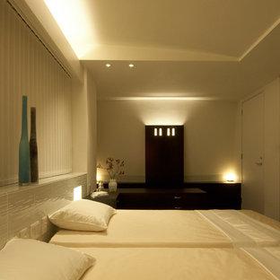 Diseño de dormitorio principal, grande, con paredes blancas, suelo de madera oscura y suelo negro